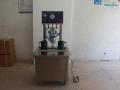 Затваряща машина за туист-оф капачки с вакуум